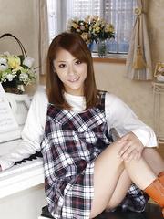 Japanese lady Shion Akimoto shows her body