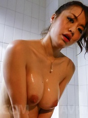Kaede Niiyama caresses herself with oil and rubs cunt of bathtub